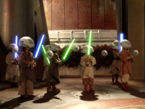 Novices_Jedi_maniant_un_sabre_laser
